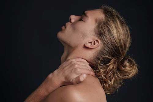 Homme aux longs cheveux blonds